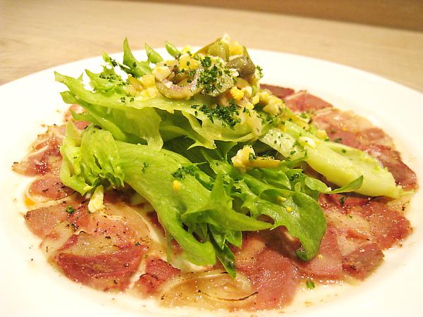 大白的前菜:乳酪生菜火腿盤,主要材料有橄欖、乳酪、水煮蛋、萵苣、薄切火腿等