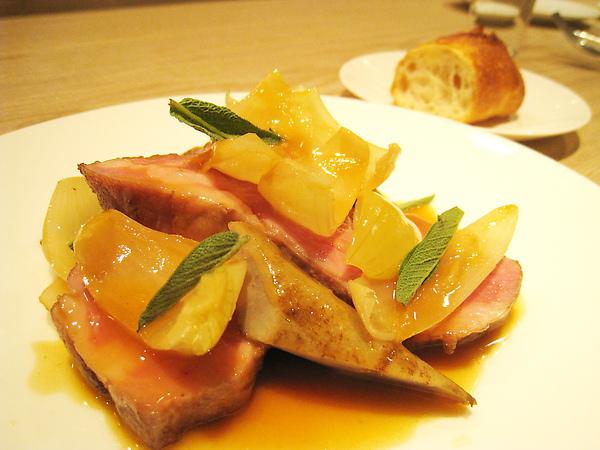 大白的主菜:嫩烤梅肉豚肩佐鼠尾草與醃洋蔥,豬肩肉烤的很嫩
