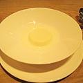 大白的甜點:杏仁牛奶凍( Blanc-manger),在昏黃光線下拍這碗白成一片的甜點難度真高