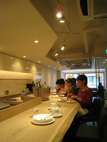 用餐座位以超長的吧台座為主,窗口邊也有幾張一般桌椅