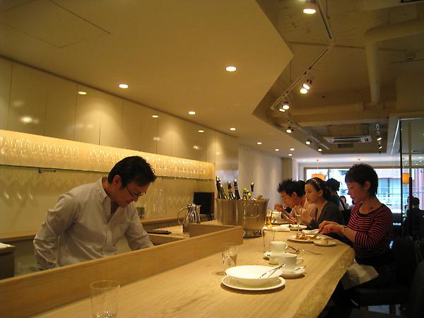 在吧台忙碌的男士是店主長雄一,主廚兼子大輔在廚房內未現身