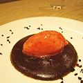 冰涼的草莓雪酪吃得到草莓果粒,搭配熱呼呼的融岩巧克力,