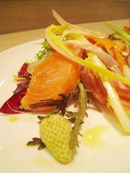 生菜種類多樣,燻鮭魚片也挺厚,但整道沙拉吃起來沒什麼特別