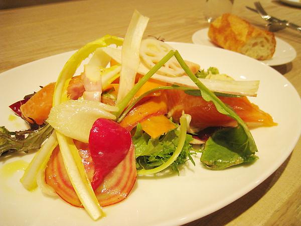 我的前菜:燻鮭魚生菜沙拉,表現普通