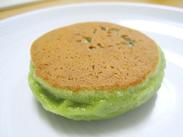 茶通的抹茶餅皮外層烤的金黃,側邊翠綠油亮,色澤討喜