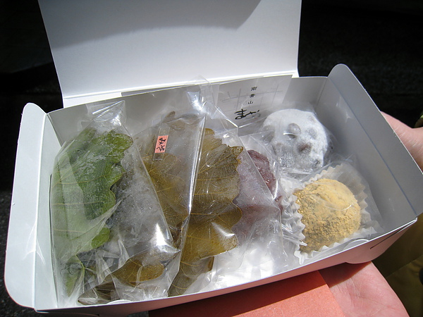 2010/4/17戰利品:柏餅(三種內餡)、御荻、豆大福、蕨餅