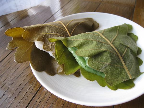 柏餅的背面和內餡,可以看出葉脈很粗,葉子通常是不吃的。