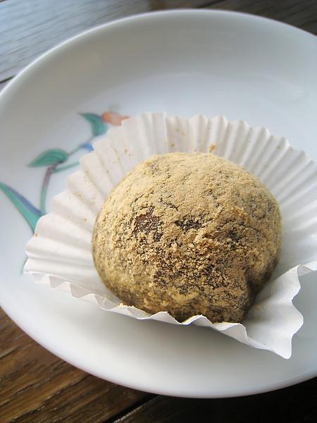 蕨餅,乍看下我還以為是沾了黃豆粉的牡丹餅