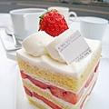 海綿蛋糕體質地鬆軟,鮮奶油清爽不甜膩,多吃幾個應該也沒問題,改天真想訂一個大的當生日蛋糕