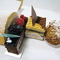 2010/4/11外帶的鮮奶油蛋糕捲、覆盆莓巧克力蛋糕、焦糖巧克力蛋糕、香草卡士達泡芙