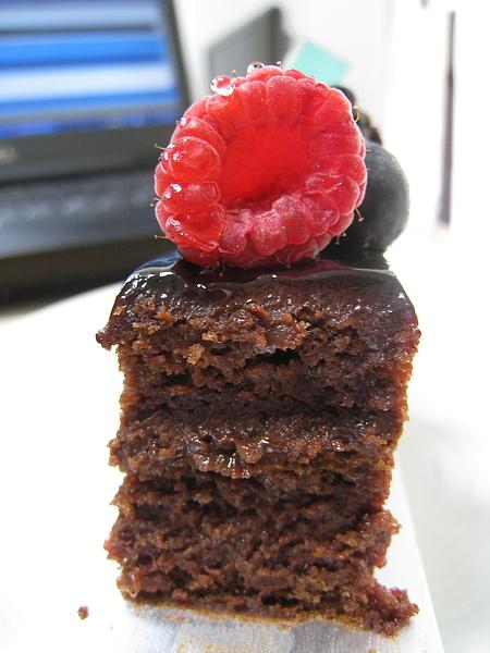 放了隔夜的巧克力蛋糕斷面,依然濕潤