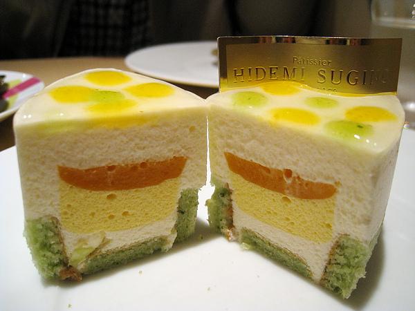 Neo的美麗斷面。還是Hidemi Sugino幕斯類甜點一貫的虛無飄渺口感,好像吃下一朵雲。
