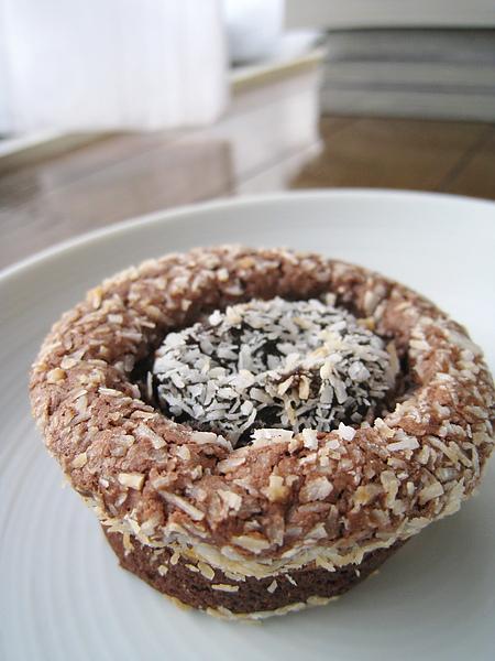 巧克力李子乾小蛋糕,外層灑的應該是椰絲。滋味尚可,可能因為我沒有很愛吃李子乾吧