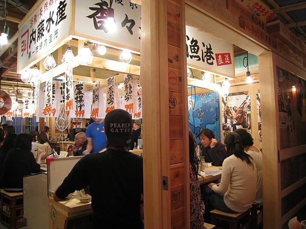 店內主打生猛海鮮,裝潢也刻意營造生鮮魚市場的氣氛,非常熱鬧