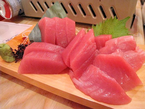 兩人份的鮪魚生魚片,開幕期間特價400日圓(一人份200),賺到了!