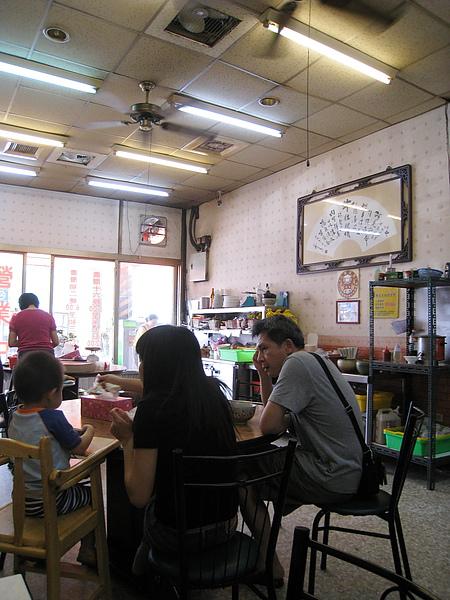 週六上午九點,店內只有零星散客,多半都是吃碗牛肉湯就走的在地人