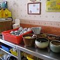 自助醬料區,我只用了薑絲、醬油和白醋。左手邊是吃到飽的白飯