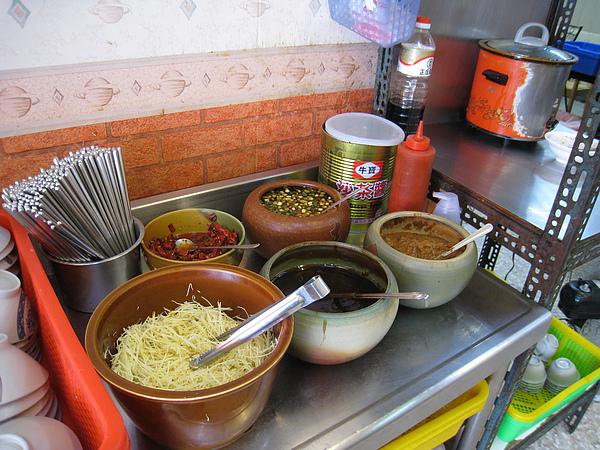 醬料區右手邊的紅色小鍋子裡是淋肉燥飯用的肉燥