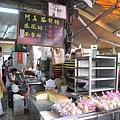 除了鳳梨酥鳳黃酥,也有賣近來台南很紅的傳統現烤蛋糕