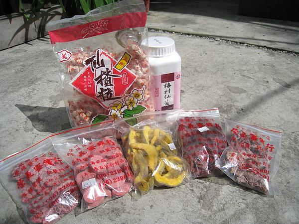 除了右上角的梅桂仙渣丸是在金全成中藥行買的,其他都是榮義蜜餞行的戰利品。左上那包仙渣粒不太好吃。
