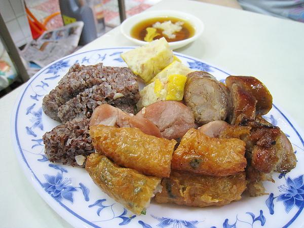 米血、蟹圓、香腸、粉腸、蝦捲,大白最喜歡蝦捲