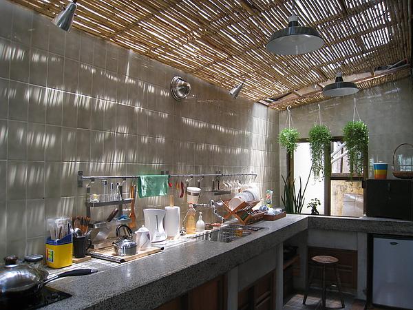 下午的廚房,陽光透過竹簾灑在磨石子流理台面,無敵浪漫