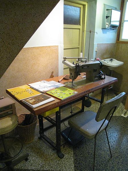 裁縫機還堪用,手巧的人可以到樓下布料市場買布料回來車縫