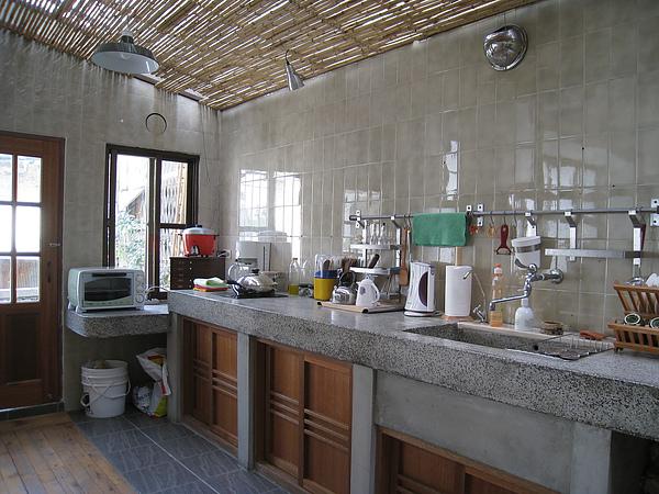 超長的流理台,上面該有的廚具都有了