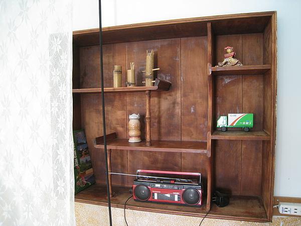 臥房牆壁上的擺飾櫃,也有一些老東西