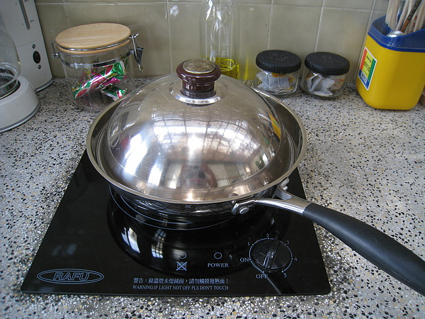 這種炒菜看不到火的高科技爐台,我這原始人至今還用不太習慣