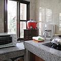 烤箱、大同電鍋、咖啡機、內建黑晶爐、炒鍋....工具比我家廚房還齊全