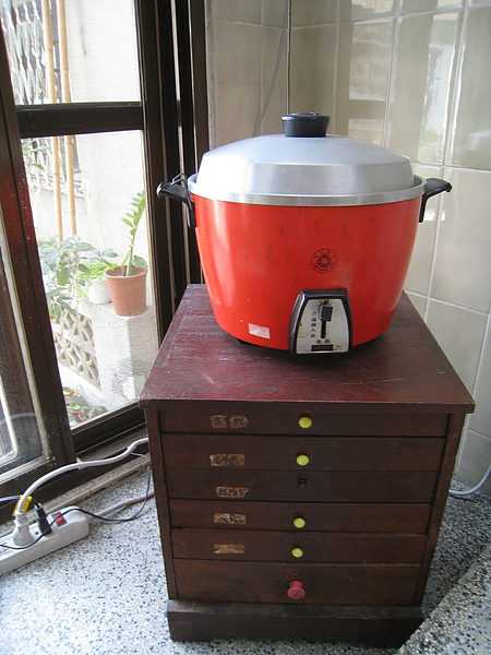大同電鍋下的這個小抽屜櫃好像也是老東西