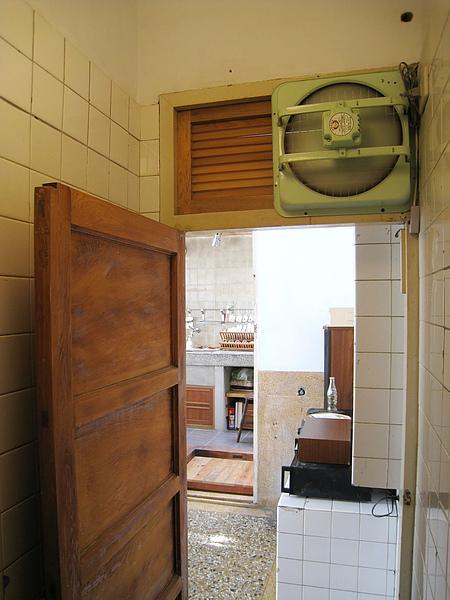 廁所門上的強力抽風扇,打開電源會轟隆隆作響魄力十足