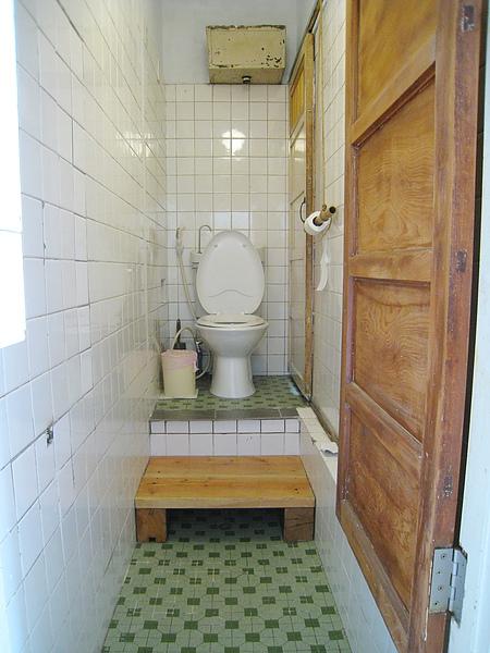 廁所白天的模樣。我喜歡那個衛生紙捲筒