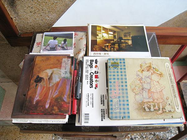 老唱機上放的是訪客留言本和謝宅的明信片