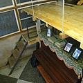 鋼琴旁的梯子通往樓中樓式的木板夾層