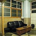 客廳的古董黑皮沙發