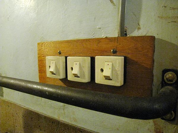 刻意作舊的電燈開關