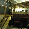 客廳的鋼琴,當年是拆開來扛到樓上組合的。﹝想想那麼窄又那麼抖的樓梯....辛苦師傅了﹞