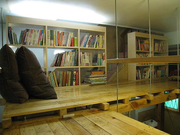 書架之間的小洞也直通往三樓的樓梯