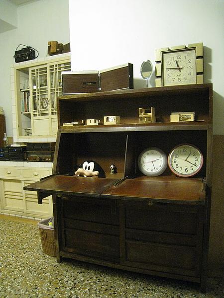 餐廳的櫥櫃打開就是簡易書桌,裡面的時鐘一個是台灣時間、一個貼心幫我們設定成日本時間