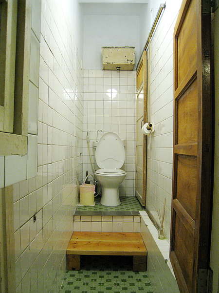 整棟樓唯一的廁所,馬桶是墊高的