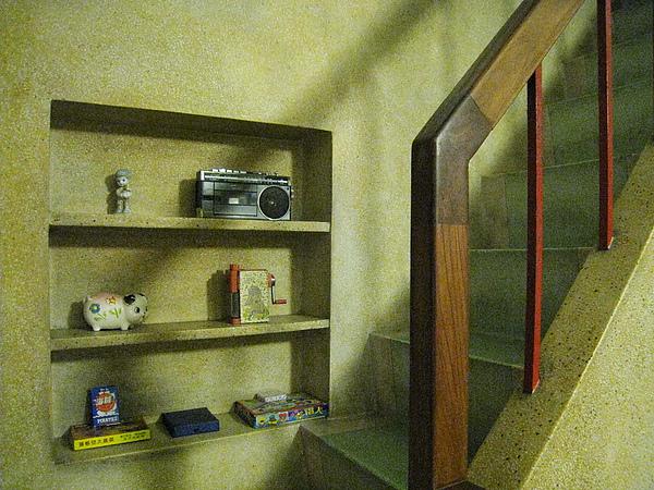 三樓往四樓樓梯口的擺飾,有令人懷念的削鉛筆機