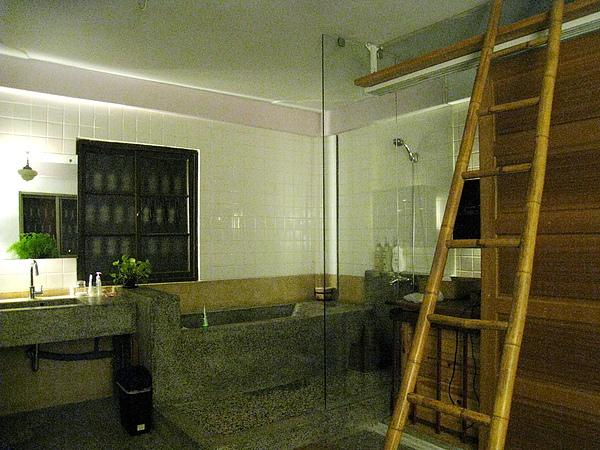 浴缸、洗手台、淋浴間的地板都是磨石子打造