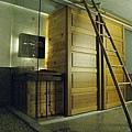 淋浴間和木櫃間有層玻璃(壓克力?)隔板,水開太大還是會濺一點出來,算是簡易的乾濕分離