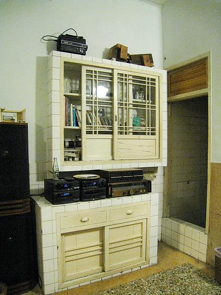 白色的立櫃裡有書和CD,住宿期間可自由取閱播放。我在這裡讀完《慢食府城》
