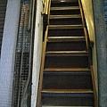 拉開鐵門,沿著80度的超斜鐵梯往上爬