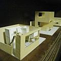 櫥櫃上擺著當初謝宅的翻修設計模型