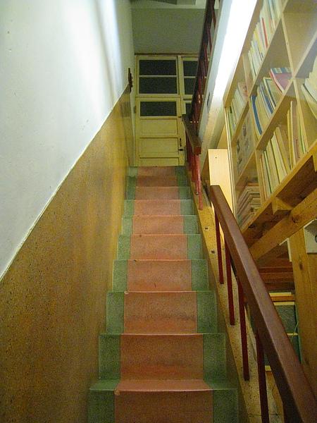 往三樓的樓梯,右手邊就是空中夾層小書房的小入口和書架