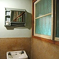 客廳的洗手檯和窗戶,跟我爺爺奶奶家的好像